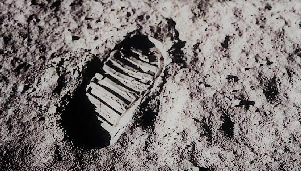 След Армстронга на Луне