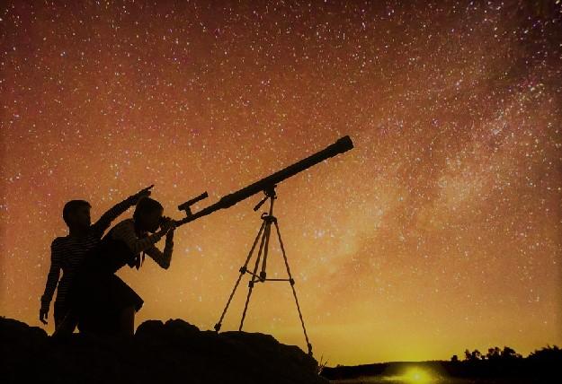 Астроном с телескопом