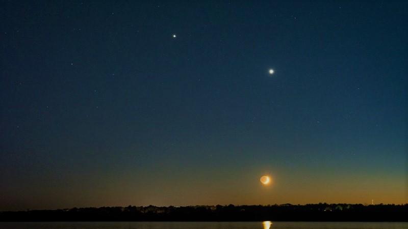 Луна, Венера (справа) и Юпитер (слева)
